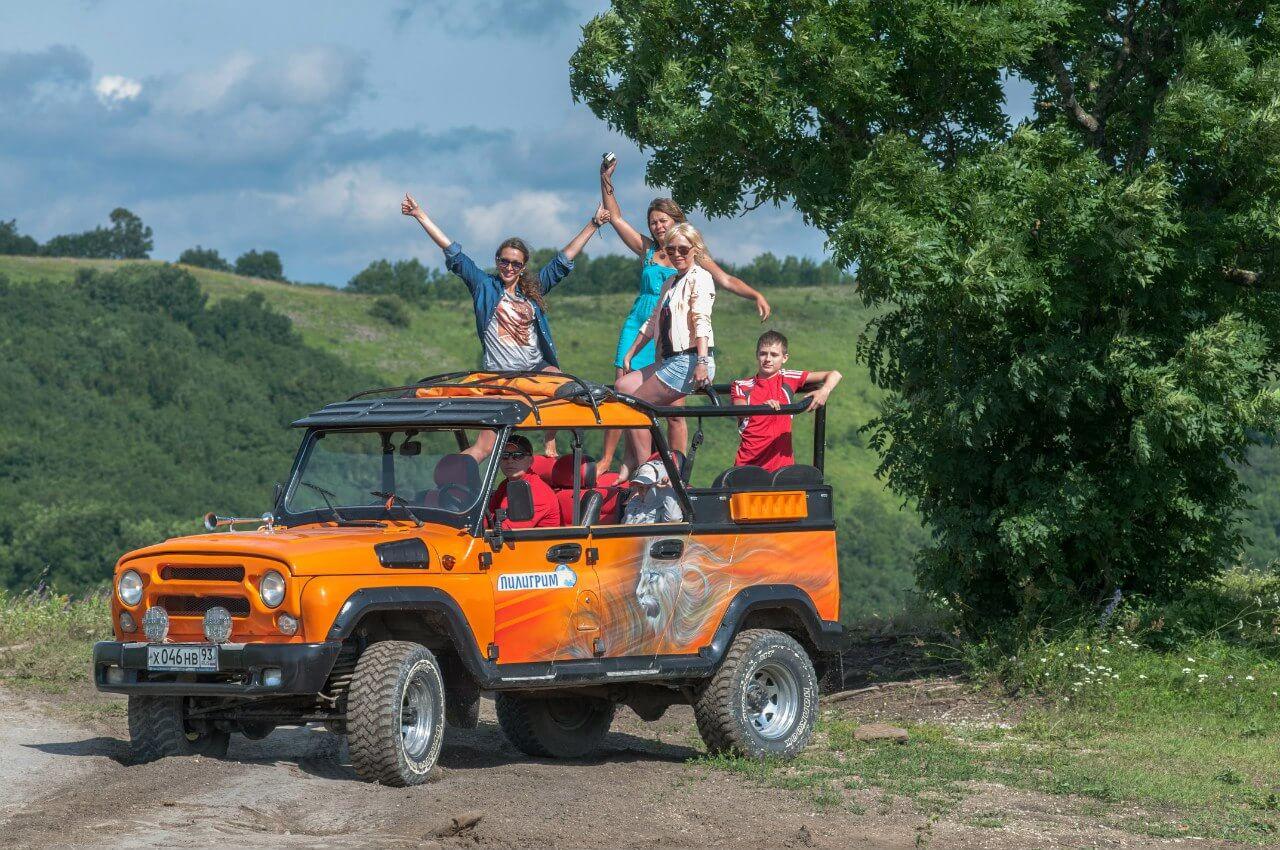 Джип уаз с туристами в горах