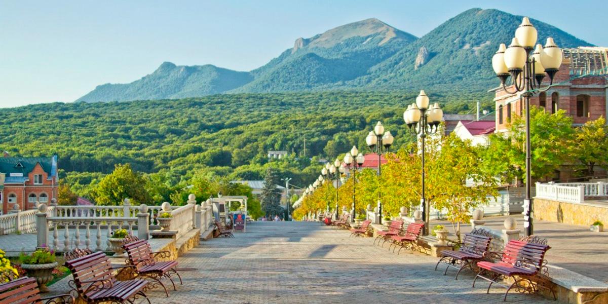 туристическая улица Железноводска с видом на горы